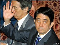 Shinzo Abe votes for the bill