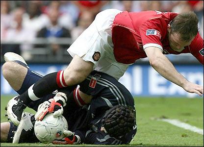 Petr Cech denies Wayne Rooney again