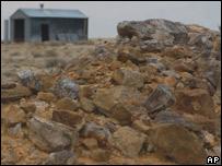 Mineral de uranio apilado cerca de una mina abandonada