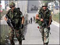 تجدد الاشتباكات في شمال لبنان بعد مقتل 50 شخصا..... _42949375_ap_soldiers203x
