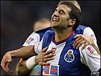 Lisandro L�pez celebra su gol para el Porto