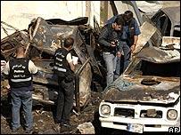 Policías en el sitio de una explosión en Beirut