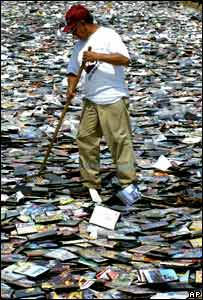 Un hombre prepara miles de discos para su destrucción en Lima