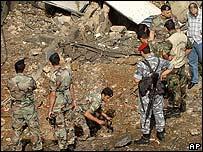 Soldados cerca a escombro dejado por explosión.