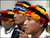 Andres Sandi, indígena peruano, habla a la prensa sobre el daño que una empresa petrolera inflige a sus territorios.