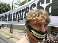 """Part of the banner reading """"freedom of expression"""" in Portuguese"""