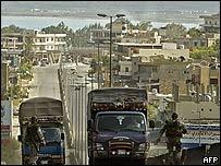 Camiones cerca a campo palestino en Líbano
