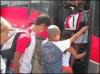 Residentes israelíes de Sderot siendo evacuados