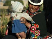 Mujer y niño bolivianos