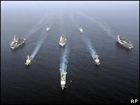 صورة قدمتها البحرية الأمريكية تظهر المجموعات الضاربة للسفن عبر خليج عمان، 22 مايو/أيار 2007