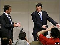 El presidente francés, Nicolas Sarkozy, (izq.) junto al presidente de la Comisión Europea, José Manuel Durão Barroso