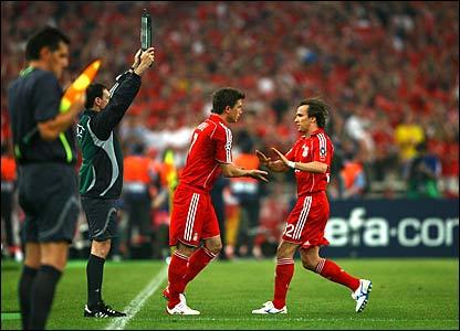 Rafael Benitez brings on Harry Kewell for Bolo Zenden