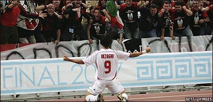 Filippo Inzaghi celebra su segundo gol ante los aficionados italianos.