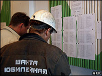 Miners read lists of survivors at the Yubileynaya mine 24 May 2007