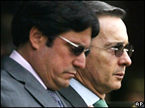Vicepresidente de Colombia Francisco Santos, y el presidente �lvaro Uribe, durante una ceremonia el 18 de mayo de 2007.