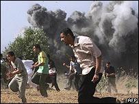 Palestinos huyen de las explosiones