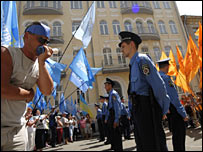 Police stand between supporters of rival blocs in Kiev on 26 May 2007