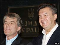 President Viktor Yushchenko (l) and PM Viktor Yanukovych announce their deal