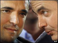 El jefe de gobierno español, José Luis Rodríguez Zapatero, conversa con el candidato socialista al gobierno de Madrid, Rafael Simancas