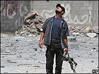 Un palestino mira al cielo, donde cruza un avión israelí, tras los bombardeos de la madrugada