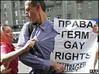 Russian protester attacks British gay rights campaigner Peter  Tatchell