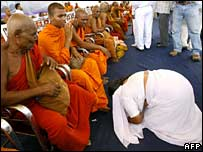 Buddhist monks at Mumbai ceremony