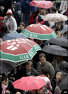 Rain falls at Roland Garros