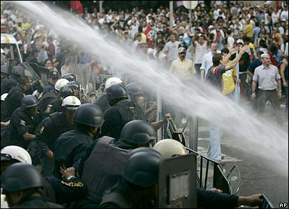 Police use water cannon in Caracas