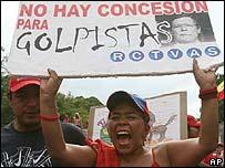 """Simpatizante de Chávez con un letrero que reza: """"No hay concesión para golpistas"""""""