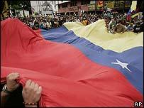 Manifestantes con la bandera venezolana protestan por la decisión del gobierno