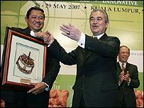 رئيس الوزراء الماليزي يسلم الرئيس الاندونيسي سوسيلو بامبانج يوديونو هدية تذكارية
