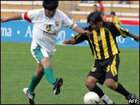 El presidente Evo Morales en un juego amistoso de fútbol.