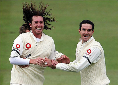 Ryan Sidebottom celebrates with Kevin Pietersen