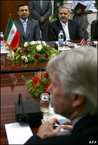 Iranian envoy Hassan Kazemi-Qomi (L) and his US counterpart Ryan Crocker (foreground)