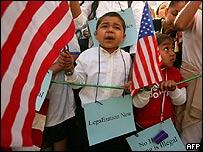Un ni�o hijo de inmigrantes pide soluciones