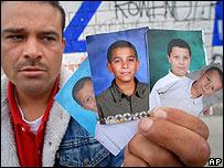 Mario Aguilar muestra fotos de sus hijos, que debi� dejar en EE.UU. cuando lo deportaron