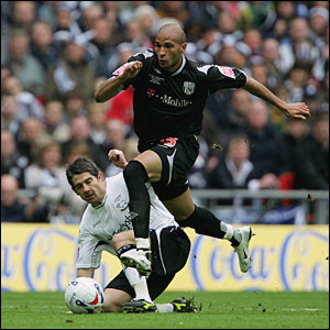 Diomansy Kamara evades a challenge by Paul Peschisolido of Derby County