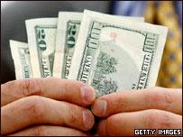 Un hombre sostiene billetes