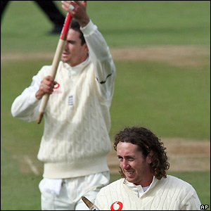 Ryan Sidebottom and Kevin Pietersen leave the pitch after the match