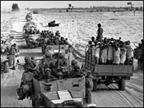 Soldados israelíes y prisioneros egipcios cerca del Canal de Suez. Foto: Terry Fincher/Getty Images.
