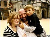 """Gerald Dickens, el tataranieto del escritor Charles Dickens, con su hija, Jasmine, de 13 años, y su hijo Cameron, de 8 años en """"Dickenslandia""""."""