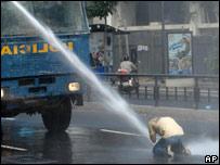 Camión antimotines de la policía dispersa con agua a estudiante en Caracas