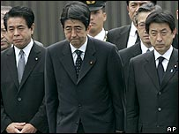 Prime Minister Shinzo Abe (centre) saw off the hearse from Tokyo on 29/05/07