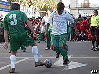 Evo Morales participa en un juego de f�tbol