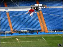 Un acróbata turco hace piruetas circenses en el estadio Santiago Bernabeu, en Madrid