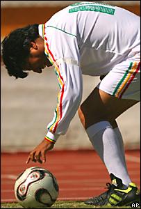 El presidente de Bolivia, Evo Morales, coloca el balón para un tiro de esquina en un juego contra periodistas en La Paz