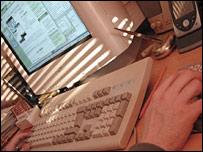Persona frente a computadora