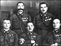Стоят слева направо: Семен Буденный и Василий Блюхер; стоят 0 Михаил тухачевский, Климент Ворошилов и Александр Егоров