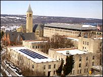 Paneles solares en un edificio de la Universidad de Cornell