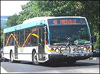 Autobuses en la universidad con espacio en el frente para bicicletas